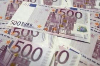 محاكمة رجل أعمال ألقى آلاف العملات المزيفة على عمال في دبي - المواطن