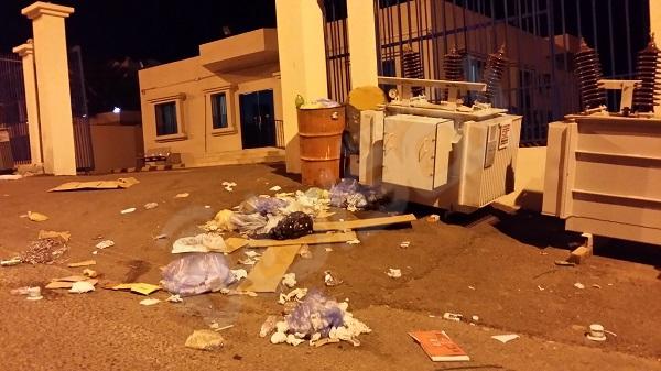 النفايات تحاصر بوابة شركة الكهرباء بأضم وغياب تام لعمال النظافة