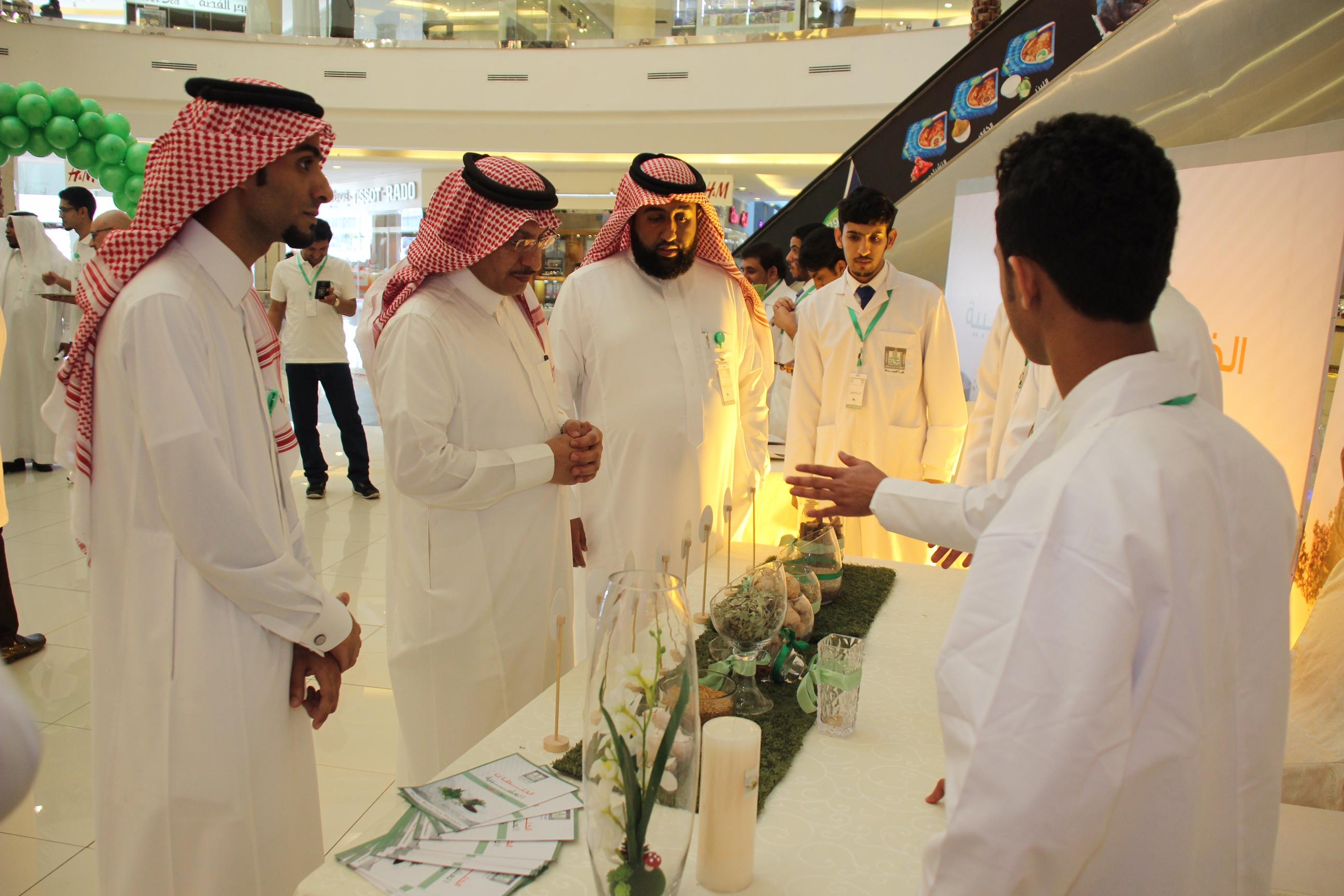 صيدلة الملك خالد توعّي المجتمع بمضار الخلطات العشبية (3)
