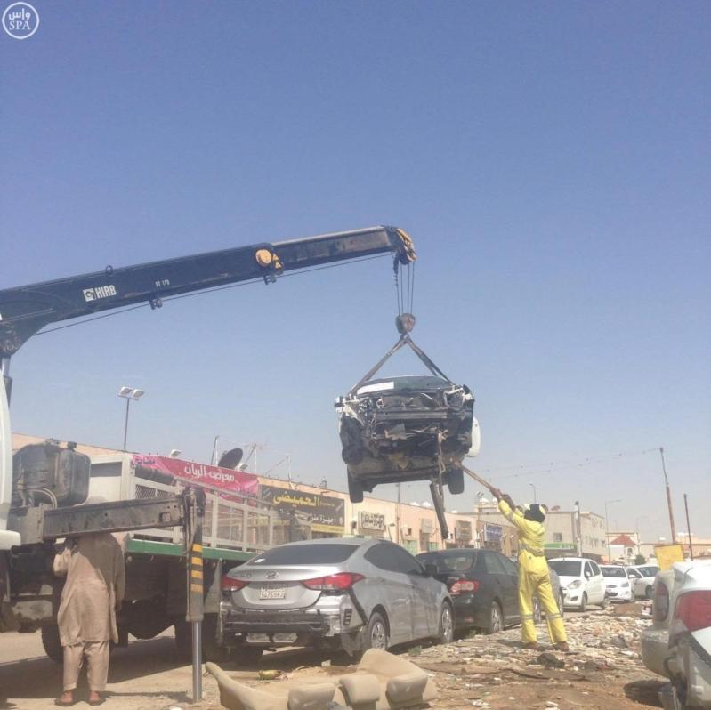 أمانة الرياض تزيل 280 سيارة تالفة بصناعية النسيم (2)