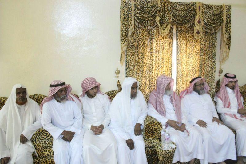 محافظ #محايل معزيًا أسرة الشهيد المرضي القيادة تثمن بطولته (1)