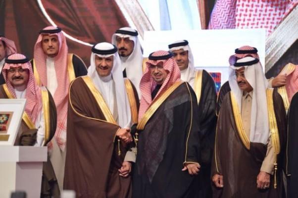 """""""سلطان بن سلمان"""" يكرم وكيل إمارة عسير ومحافظ بيشة - المواطن"""