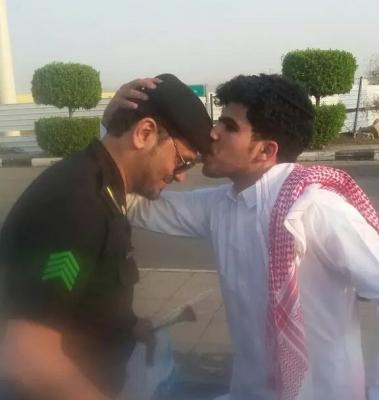 رجال الأمن بـ #مكة يوزعون الورود على الطلاب وأولياء الأمور - المواطن