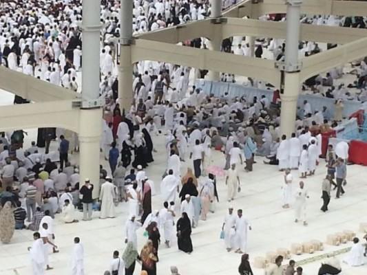 الشيخ ماهر المعيقلي يوزع الهدايا على الحجاج في الحرم المكي - المواطن