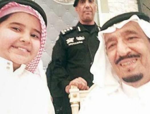 طفل-بالمدينة-المنورة-يلتقط-صورة-سيلفي-مع-الملك-سلمان
