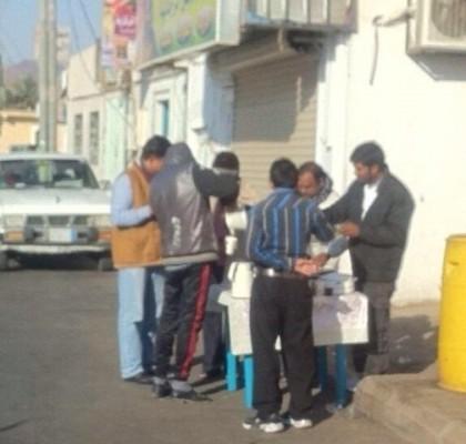 """بالصور.. مواطنة تقدم إفطاراً للعمالة بـ""""جبة حائل"""" - المواطن"""