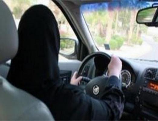 امرأة-تقود-سيارة