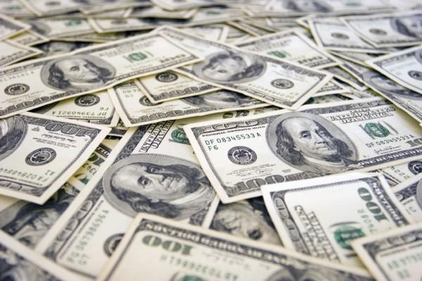 توقف حركة السير لجمع آلاف الدولارات المتطايرة في أمريكا