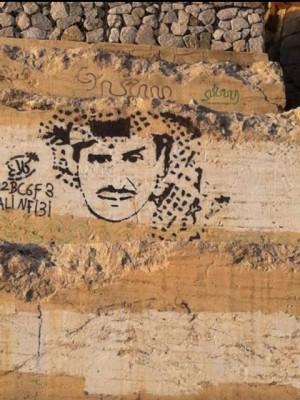 """صورة فنان شهير منحوتة على """"صخور الهدا"""" تستوقف المارة - المواطن"""
