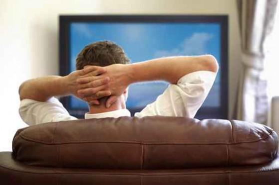الجلوس-لساعات-أمام-التلفزيون