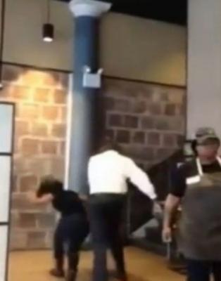 مدير-مقهي-يعنف-عاملة