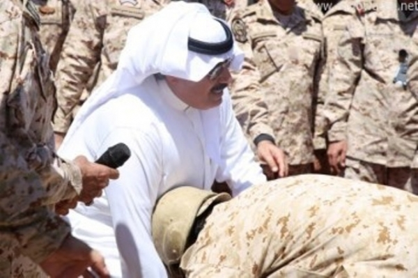 بالصورة.. لماذا أخفى الأمير متعب يده عن عسكري برفحاء؟ - المواطن