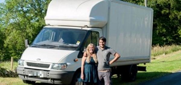 زوجان-يعيشان-في-شاحنة