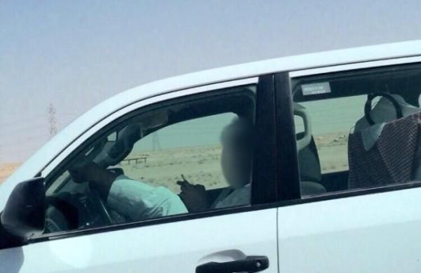 شاب-يقود-السيارة-برجليه