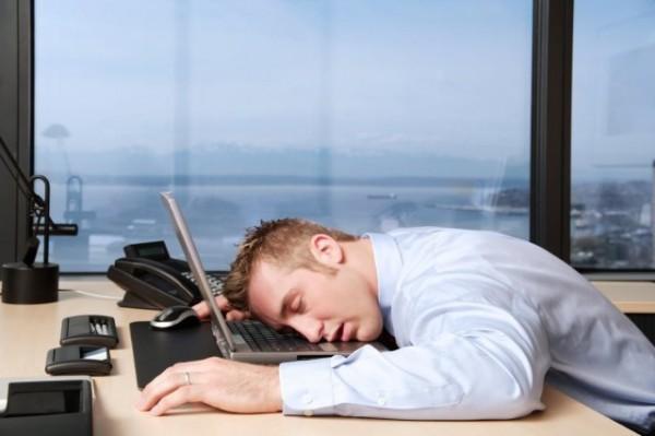 موظف-ينام-في-مكان-العمل