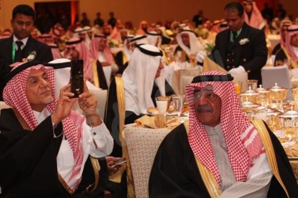 بالصورة.. الأمير تركي الفيصل يوثق بجواله حفل جائزة الملك خالد - المواطن