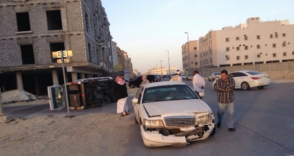 أصابة 3طالبات بأنقلاب مكروباص بجوهرة الدمام& (2)