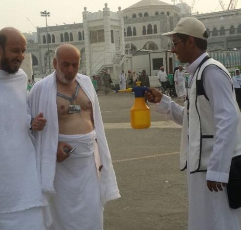 شباب مكة يتطوعون للتبريد على ضيوف الرحمن