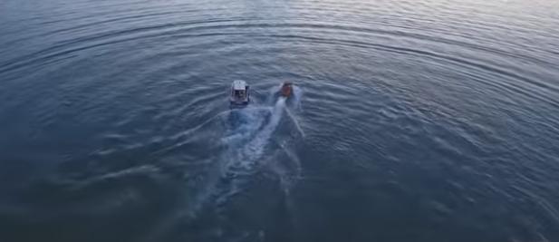 شاهد.. شرطي يغامر بحياته ويقفز في قارب للقبض على مطلوب