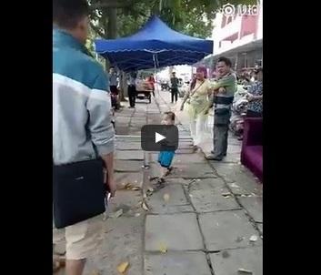 شاهد .. ردّ فعل طفل صيني تعرّضت أمه للاعتداء