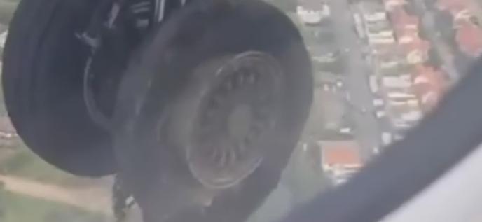 شاهد.. لحظة إنفجار عجلة طائرة أثناء الإقلاع