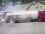 شاهد.. سائق شاحنة يسحق سيارة بمفترق طرق بالصين
