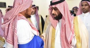 بالصور.. أمير جازان بالنيابة يعزي مواطنًا فقد زوجته و6 من أبنائه في حادث مروري