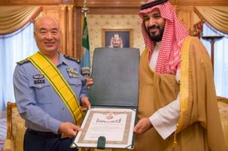 بأمر الملك .. #ولي_ولي_العهد يقلد نائب رئيس اللجنة العسكرية المركزية الصينية وشاح الملك عبدالعزيز - المواطن