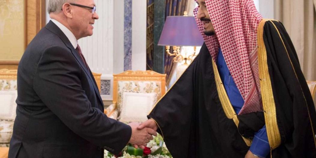 الملك يستعرض مع رئيس مجلس الشيوخ الكندي علاقات الصداقة