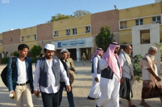 بالصور.. مركز الملك سلمان للإغاثة يدشن مساعدات طلابية في المكلا - المواطن