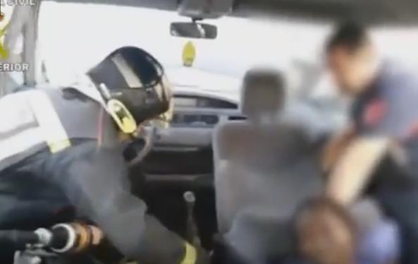 شاهد.. الشرطة الإسبانية تضبط أحد المهاجرين تحت مقعد سيارة