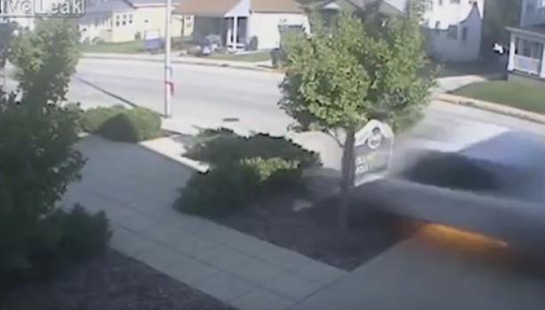 شاهد.. سيارة تحطم مدخل منزل بسرعة جنونية