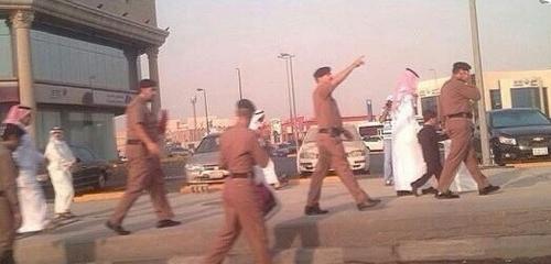 بالصور.. توزيع الورود عند إشارات الشرقية في أول يوم دراسي - المواطن