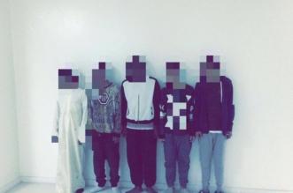 خمسة شباب في قبضة شرطة الرياض.. سلبوا مواطنًا سيّارته تحت تهديد السلاح - المواطن