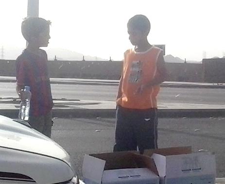 اطفال يبيعون عبوات المياه امام الاشارات الضوئية بالمدينة
