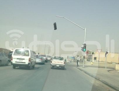 إشارة مرورية  تهدد السيارات بالخطر