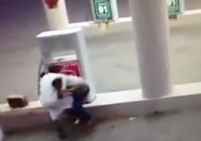 بالفيديو.. شبان يعتدون بالضرب على عامل محطة بنزين - المواطن