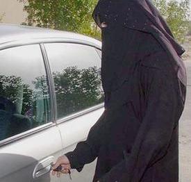 امرأة تقود سيارة بصحبة زوجه