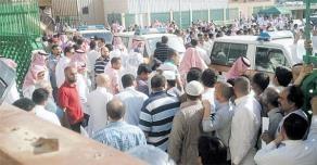 عامل يوسع كفيله ضرباً في الشارع العام بالمدينة - المواطن