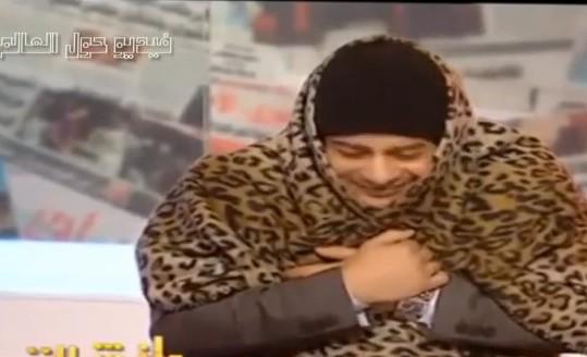 """بالفيديو.. مذيع مصري يرتدي """"بطانية"""" على الهواء - المواطن"""