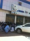 بالصور.. عمالة تحتج أمام مكتب العمل برفحاء لعدم صرف رواتبها