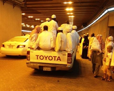 بالصور.. نقل المعتمرين والزوّار بطريقة تنذر بحوادث أليمة - المواطن