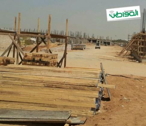 عمال المشروع السكني بجامعة الملك عبد العزيز يمتنعون عن العمل