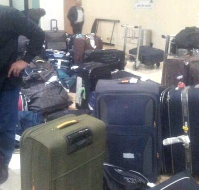 بالصور.. مسافر يوثق إهمال عمال مطار الطائف لحقائب المسافرين - المواطن