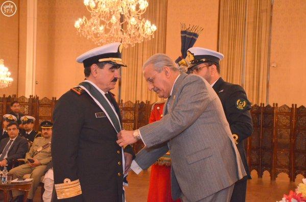 """الرئيس الباكستاني يمنح قائد القوات البحرية الملكية السعودية وسام """"نيشان الامتياز العسكري""""1"""