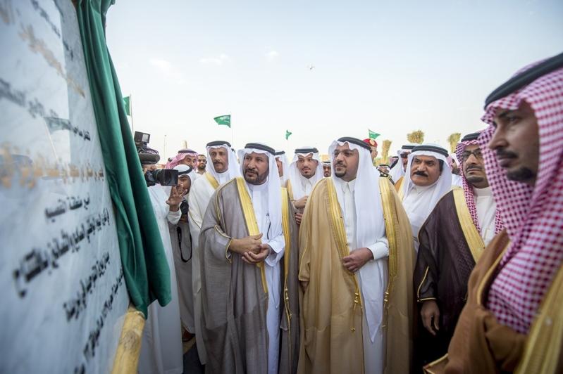 بالصور.. أمير القصيم يدشن سارية ميدان بيرق التوحيد ويرفع سارية العلم الوطني
