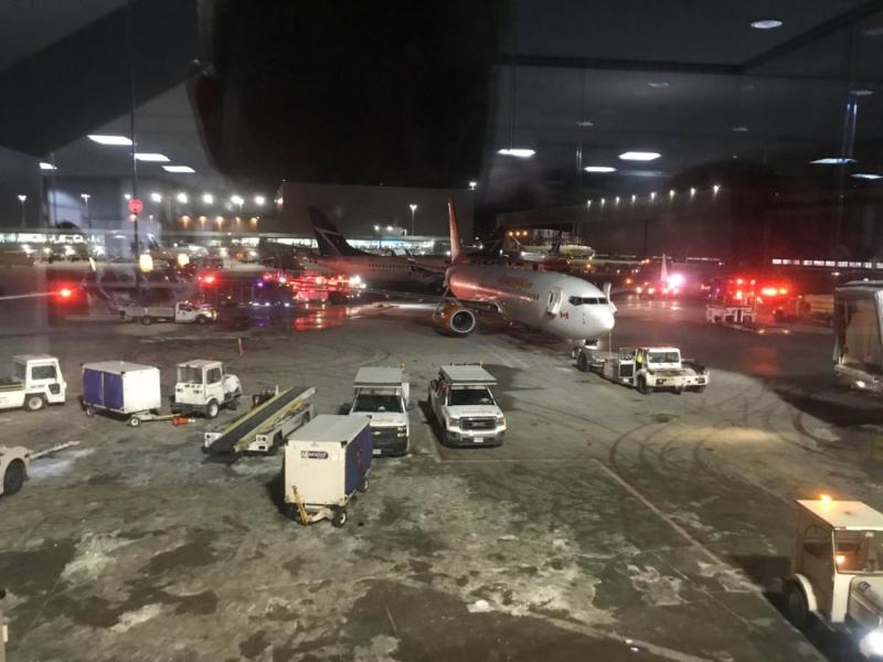بالفيديو والصور.. اصطدام طائرتين يُشعِل حريقًا بمطار تورونتو الكندي - المواطن