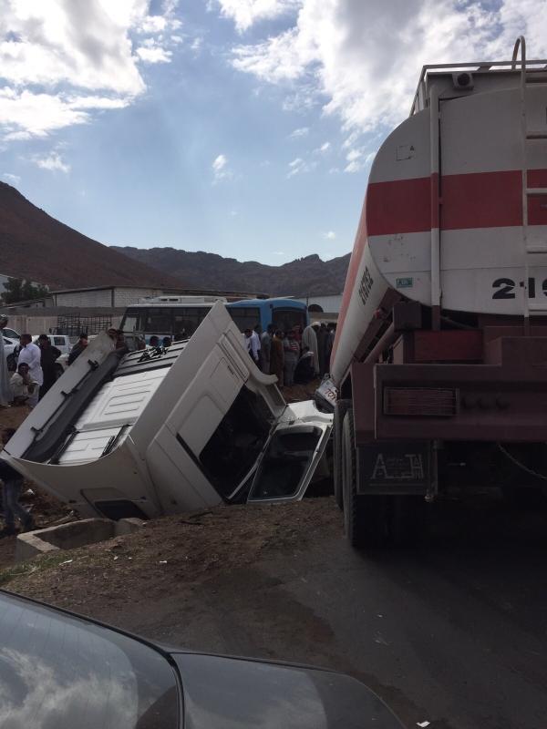 """حالة وفاة وإصابة في انقلاب شاحنة واصطدامها بـ""""وانيت"""" بالمدينة 1"""