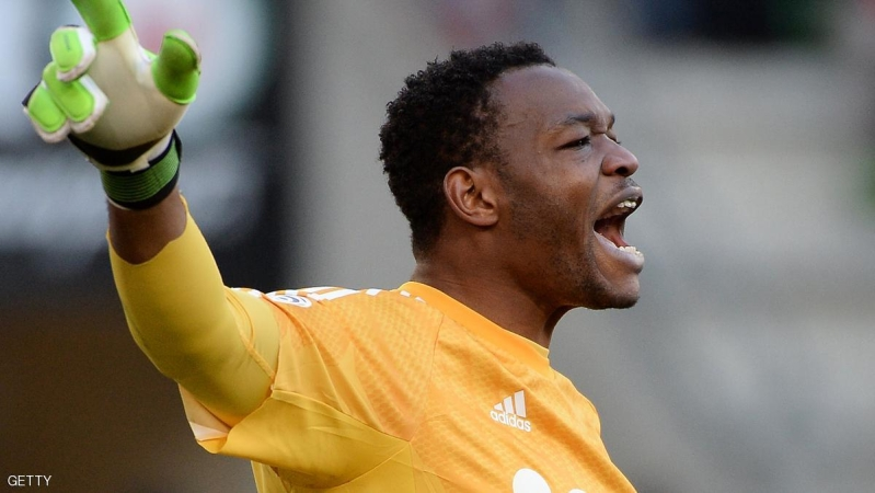 Marseille's French goalkeeper Steve Mandanda reacts during the French L1 football match between Rennes (SRFC) and Marseille (OM) on February 7, 2015 at the Route de Lorient stadium in Rennes, western France. AFP PHOTO / JEAN-SEBASTIEN EVRARD        (Photo credit should read JEAN-SEBASTIEN EVRARD/AFP/Getty Images)