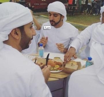 بالصور.. ولي عهد دبي يتناول شطائر مغطاة بذهب عيار 24
